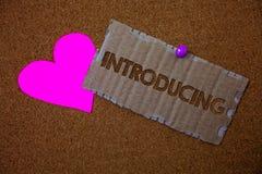 Konceptualny ręki writing pokazuje Przedstawiać Biznesowy fotografia tekst Przedstawia temat lub someone Początkowego podejścia p Zdjęcie Stock