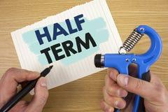 Konceptualny ręki writing pokazuje Przyrodniego termin Biznesowa fotografia pokazuje Krótkiego wakacje po środku okresu roku szko Obrazy Stock