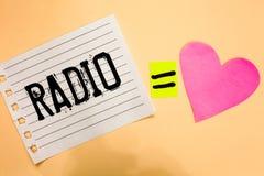 Konceptualny ręki writing pokazuje radio Biznesowa fotografia pokazuje sprzęt elektronicznego używać dla słuchać transmisje progr zdjęcia stock