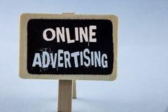 Konceptualny ręki writing pokazuje reklamę online Biznesowa fotografia pokazuje stronę internetową prowadzi kampanię reklama elek obrazy royalty free