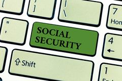 Konceptualny ręki writing pokazuje ubezpieczenie społeczne Biznesowa fotografia teksta pomoc od stanów ludzi z nieodpowiednim lub fotografia royalty free