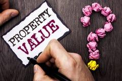 Konceptualny ręki writing pokazuje wartość nieruchomości Biznesowy fotografia teksta kosztorys Warty Real Estate Mieszkaniowy ota Zdjęcie Stock