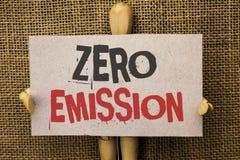 Konceptualny ręki writing pokazuje Zero emisję Biznesowego fotografia teksta silnika silnika Energetyczny źródło który emituje ża Zdjęcie Stock