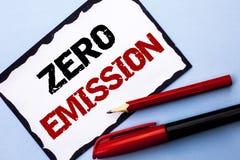 Konceptualny ręki writing pokazuje Zero emisję Biznesowego fotografia teksta silnika silnika Energetyczny źródło który emituje ża Obrazy Stock