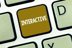 Konceptualny ręki writing pokazywać Interaktywny Biznesowa fotografia pokazuje zwijanie komunikacyjnego związek pośrodku obraz royalty free