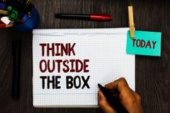 Konceptualny ręki writing seansu myśli Outside pudełko Biznesowy fotografia tekst Był unikalnymi różnymi pomysłami przynosi brain obraz stock
