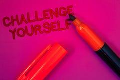 Konceptualny ręki writing seansu wyzwanie Yourself Biznesowy tekst Pokonujący fotografii zaufania ośmielenia ulepszenia Silny wyz obrazy royalty free