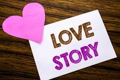 Konceptualny ręki writing tekst pokazuje Love Story Pojęcie dla Kochać Someone Kierowy pisać na kleistym nutowym papierze, drewni Zdjęcie Royalty Free