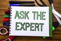 Konceptualny ręki writing tekst Pyta eksperta Pojęcie dla rada pomocy pytania Pisać na notatniku, drewniany tło z biurem fotografia stock