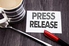 Konceptualny ręki writing teksta podpis pokazuje Prasowego uwolnienie Biznesowy pojęcie dla oświadczenia zawiadomienia wiadomości zdjęcia royalty free