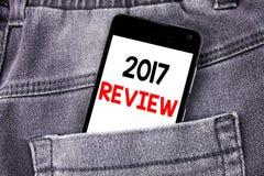 Konceptualny ręki writing teksta podpis pokazuje 2017 przegląd Biznesowy pojęcie dla Rocznego Zbiorczego raportu pisać mobilnym t obrazy stock