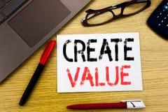 Konceptualny ręki writing teksta seans Tworzy wartość Biznesowy pojęcie dla Tworzyć motywację pisać na papierze, drewniany tło we obrazy royalty free