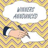 Konceptualny r?ki writing pokazuje zwyci?zc?w Og?aszaj?cych Biznesowy fotografia teksta Og?asza? co wygrywa? konkurs lub jaka? ry ilustracji