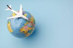 Konceptualny samolot na Ziemskiej kuli ziemskiej Zdjęcia Royalty Free