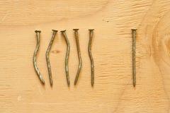 Konceptualny wizerunek koślawi i prości gwoździe zdjęcie stock
