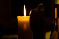 Konceptualny wizerunek płonąca świeczka w ciemnym pokoju Obraz Royalty Free