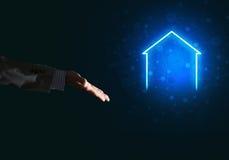 Konceptualny wizerunek z ręką wskazuje przy domowej lub głównej strony ikoną na ciemnym tle Zdjęcie Stock