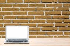 Konceptualny workspace lub biznesu pojęcie Laptop z pustym bielu ekranem na lekkim drewnianym stole przeciw czerwonemu ściana z c Fotografia Royalty Free