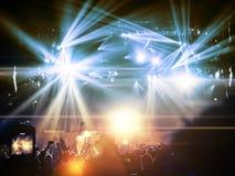 Koncertowe tłum sylwetki przed jaskrawą sceną obraz royalty free