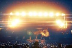 Koncertowe tłum sylwetki przed jaskrawą sceną obrazy royalty free
