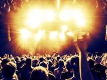 Koncertowe tłum sylwetki przed jaskrawą sceną zdjęcia stock