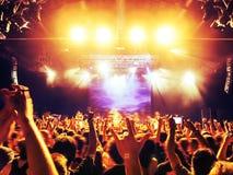 Koncertowe tłum sylwetki przed jaskrawą sceną obraz stock