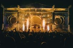 Koncertowi tłumów confetti tana światła obrazy stock