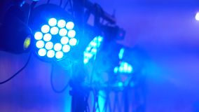 Koncertowy światło i dym Oświetleniowy wyposażenie z barwiącymi promieniami 4k zdjęcie wideo