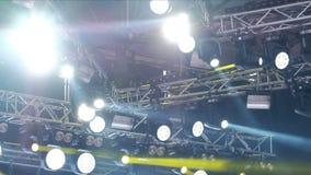 Koncertowy światło i dym przy koncertem w na wolnym powietrzu podczas deszczu Oświetleniowy wyposażenie z barwiącymi promieniami zdjęcie wideo