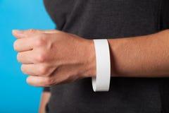Koncertowy papierowy bransoletki mockup, wydarzenia wristband Ręki aktywności akcesorium tani, adhezyjny, zdjęcia stock