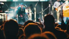 Koncertowy tłum przy festiwalem muzyki zbiory