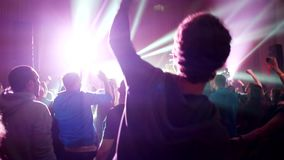 Koncertowy zespołu rockowego spełnianie na scenie z piosenkarza wykonawcą, gitara, dobosz Muzyczny ruch punków, ciężki metal lub  zbiory