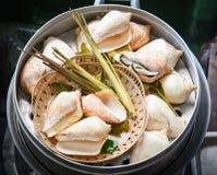 Konchy skorupa dekatyzująca z zielarskimi pikantność na dekatyzacja garnku dla jedzenia obraz stock