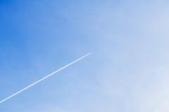 Kondensacja ślad samolotowa latająca wysokość w przeciw jasnemu niebieskiemu niebu Z miejscem dla twój teksta dla nowożytnego tła Obrazy Stock