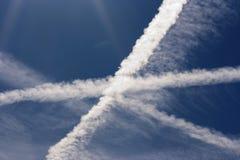 Kondensacyjny ślad - niebo krzyż Obrazy Royalty Free