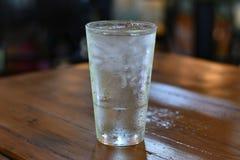 Kondensation auf Pint-Glas-kaltem Wasser Lizenzfreies Stockfoto