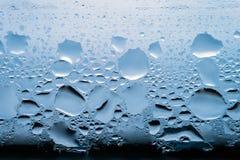 Kondensation, Dampf, Regen, Wasser-Tropfen von verschiedenen Größen auf einer Glasoberfläche stockfoto