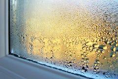 Kondensation på fönsterexponeringsglas och ram Arkivbilder