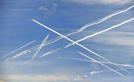 Kondensationsslingor av trafikflygplan Royaltyfria Foton
