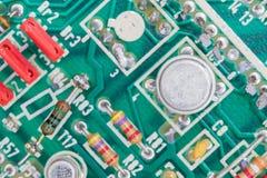 Kondensator- och motståndsenhet på strömkretsbrädet arkivfoton
