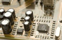 Kondensatoren und Mikrochips auf Leiterplatte Lizenzfreie Stockfotos