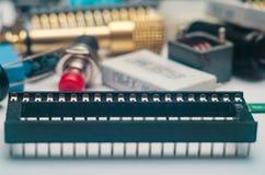 Kondensatoren, Verbindungsstück und Chips der elektronischen Bauelemente mit Blauem stockfotografie