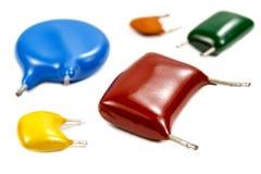 Kondensatoren von verschiedenen Werten auf einem weißen Hintergrund Stockfotos