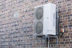 Kondensatorenheten för betingande systemvägg för luft monterade utomhus royaltyfri foto