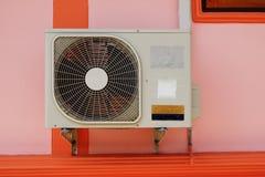 Kondensatorfanluft på väggen. Arkivfoto
