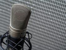Kondensatorowego mikrofonu i gitary amplifikator zdjęcie stock
