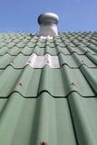 Kondensierende Maßeinheit auf dem grünen Dach Stockfotografie