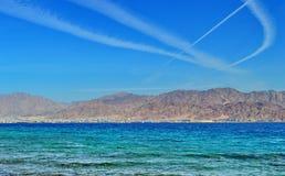 Kondensstreifen auf dem Himmel lizenzfreies stockfoto