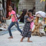 KONDEY, le MALDIVE - MARZO, 12 del 2014 - bambini e la gente nella via prima di uguagliare pregano il tempo Immagine Stock