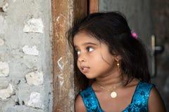 KONDEY, le MALDIVE - MARZO, 12 del 2014 - bambini e la gente nella via prima di uguagliare pregano il tempo Fotografie Stock